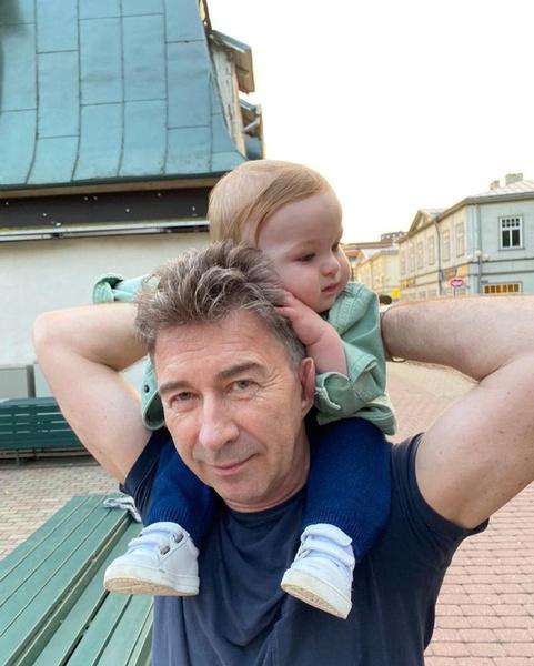 Фото №3 - Из отцов веревки вьют: 25 милейших фото звездных пап с детьми