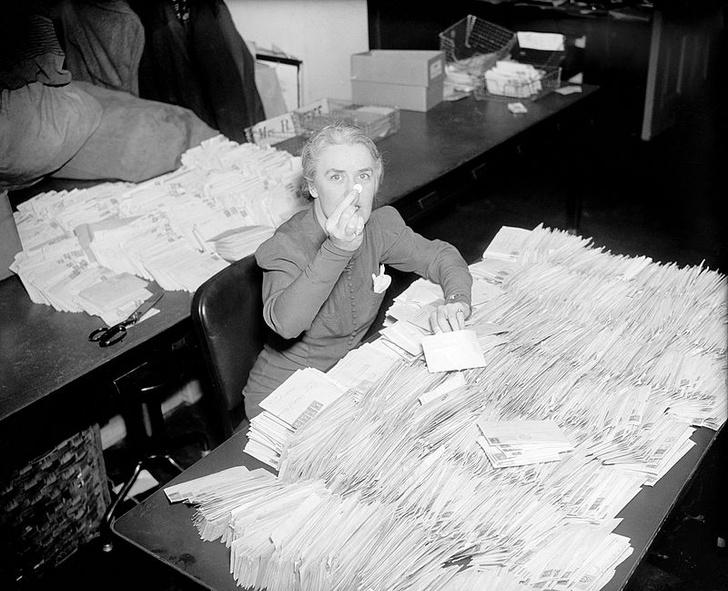 Фото №1 - История одной фотографии: секретарша президента Франклина Рузвельта с 30 тысячами собранных за день монеток, январь 1938 года