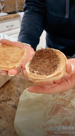 Из чего они ее делают?! Девушка хранила еду из «Макдоналдса» почти 20 лет и вот что обнаружила