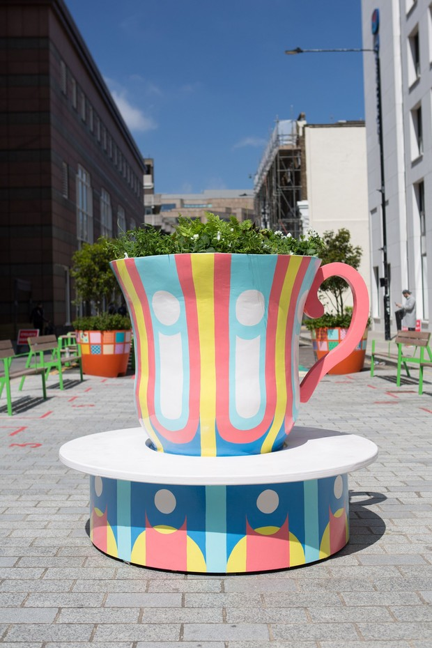 Фото №8 - Дизайнерские скамейки украсили улицы Лондона