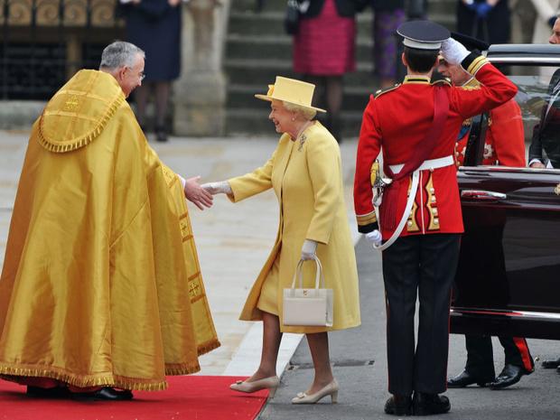 Фото №3 - Осуждение или поддержка: как Королева выражает эмоции с помощью аксессуаров