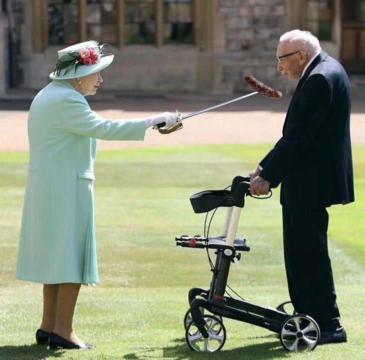 Фото №9 - Лучшие фотожабы на посвящение Елизаветой II в рыцари 100-летнего ветерана