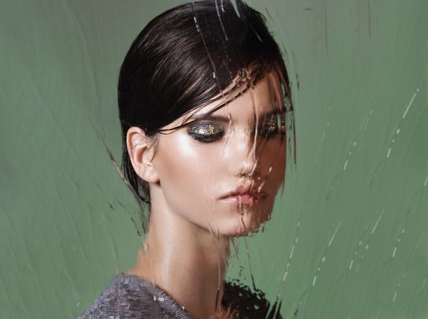 Фото №1 - 5 способов использовать блестки в макияже (плюс мастер-класс от визажиста студии Елены Крыгиной)
