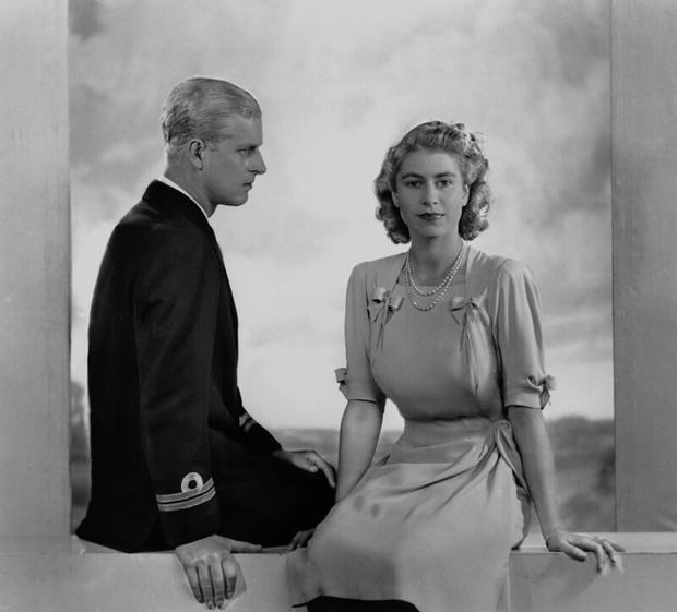 Фото №3 - Было – стало: как изменились официальные помолвочные портреты Виндзоров за 95 лет
