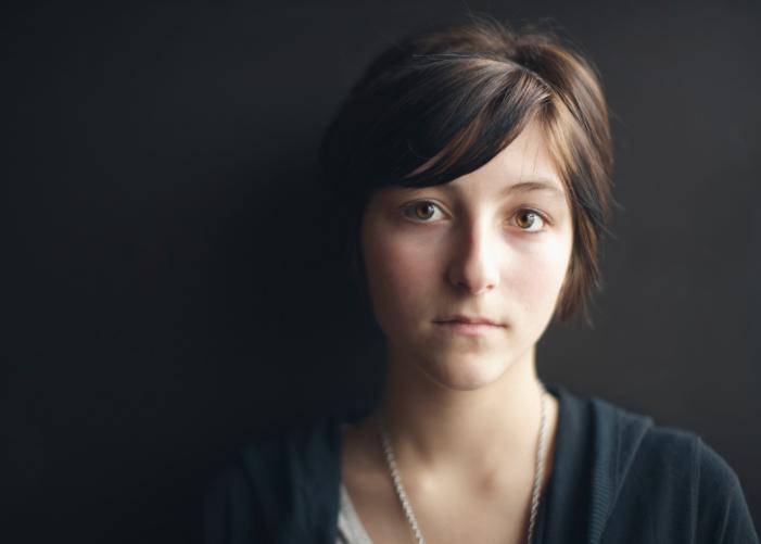 Портрет серьезного подростка