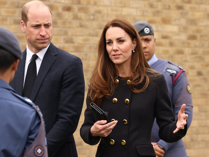 Фото №1 - Возвращение к жизни: первый (и очень королевский) выход герцогини Кейт после траура