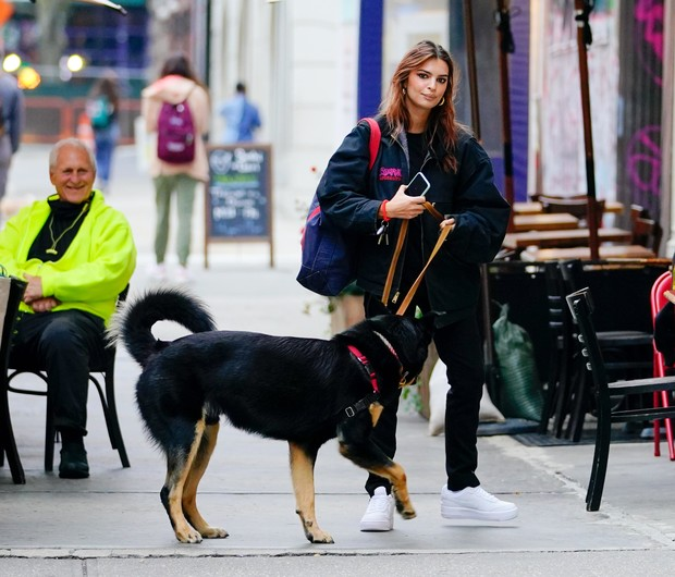 Фото №2 - Бомбер с теплой подкладкой— практичная замена куртке. Эмили Ратаковски вдохновит вас на смену верхней одежды