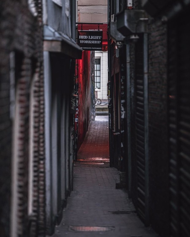 Фото №3 - Фотограф из Амстердама показал, как квартал красных фонарей живет при карантине