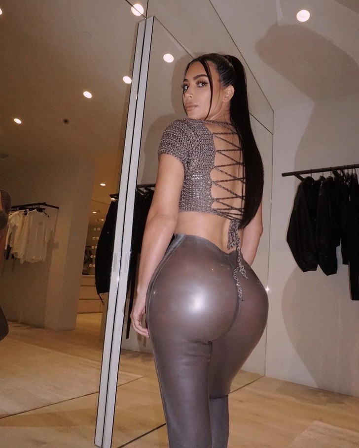 Фото №1 - Наряд из стали: Ким Кардашьян в вязаном топе и брюках из латекса