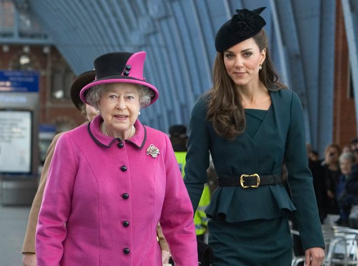 Фото №1 - Как герцогиня Кейт копирует Королеву (и зачем)