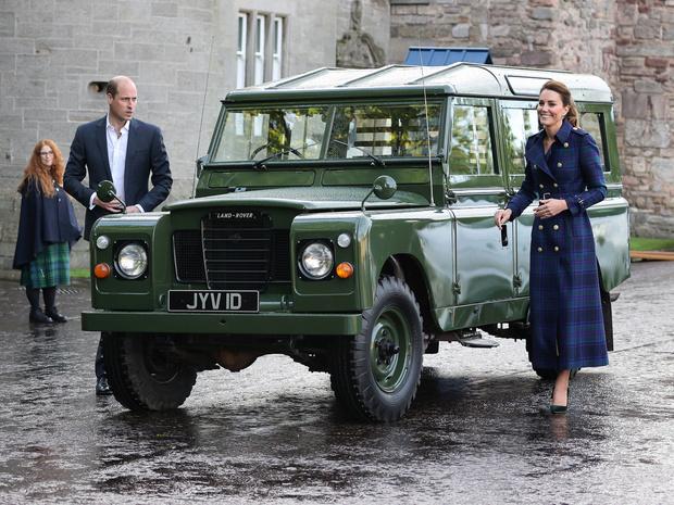 Фото №14 - Клетка, джинсы и костюмы: все наряды герцогини Кейт в туре по Шотландии