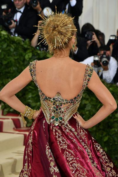 Фото №2 - Ничего себе! Платье Блейк Лайвли для Met Gala 2018 шили целых...