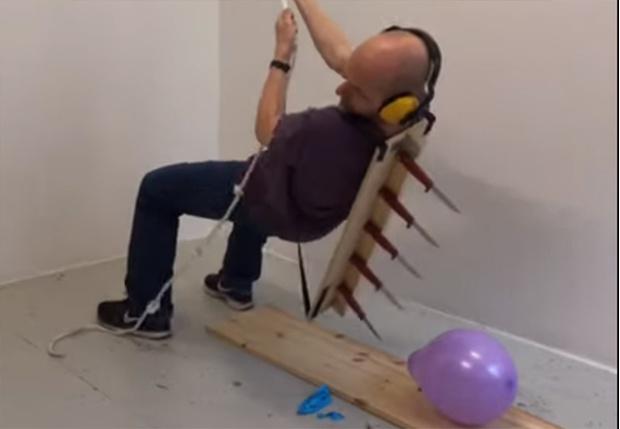 Фото №1 - Норвежский художник снял вирусное видео, на котором самыми изощренными способами уничтожает воздушные шарики