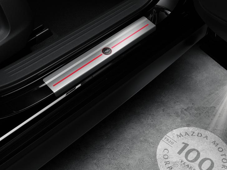 Фото №5 - Шедевр столетней выдержки: Mazda представила кроссовер к собственному юбилею