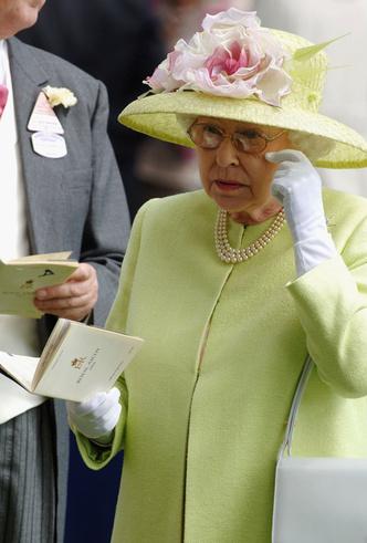 Фото №11 - Делайте ставки, господа: шляпки Королевы на Royal Ascot