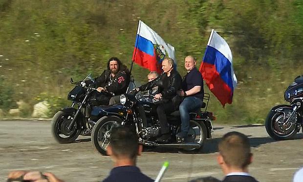 Фото №1 - Полиция не будет штрафовать Владимира Путина за езду без шлема