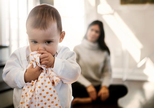 Ребенок жует вещи