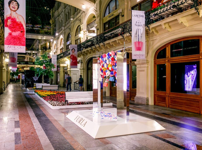 Фото №2 - Цветы и сумки: яркая модная инсталляция от Furla