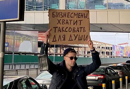 10 самых смешных фото из инстаграм-аккаунта «Парень с плакатом»