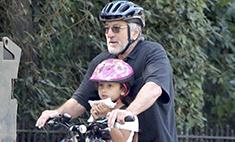 Милота дня: Роберт Де Ниро катает на велосипеде дочь