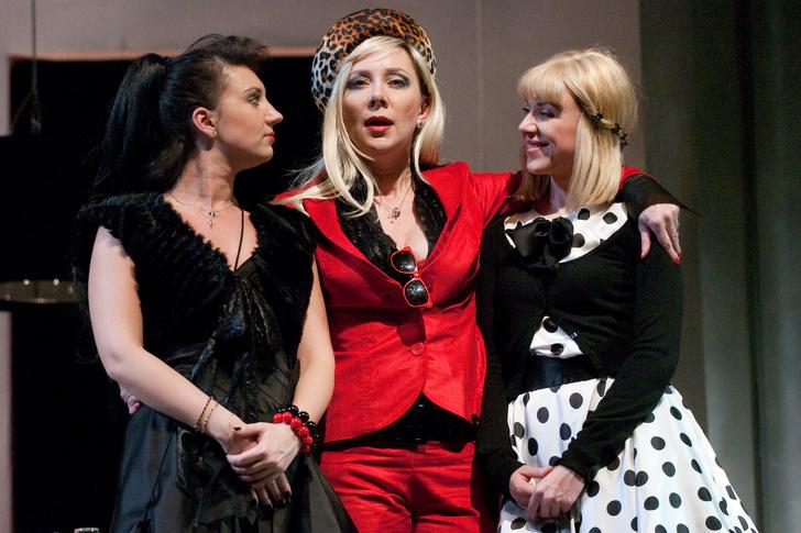 Елена Симонова (в центре) в спектакле «Доходное место»