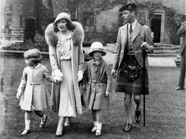 Фото №1 - Безжалостные шутки: как Королева-мать разыгрывала своих гостей