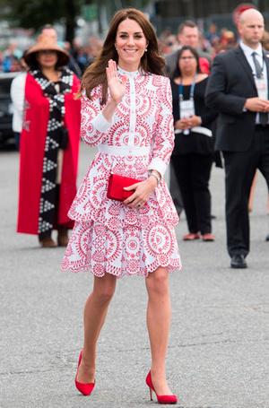 Фото №7 - Почему Кейт носит старые наряды, а Меган покупает новые