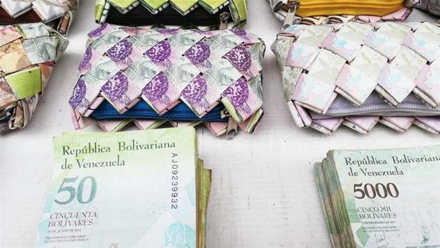 Фото №2 - Валюта Венесуэлы обесценилась настолько, что из денег начали делать сувениры для продажи туристам