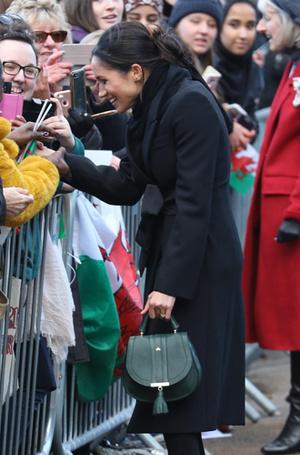 Фото №3 - Герцогиня Камилла купила себе сумку, как у Меган Маркл