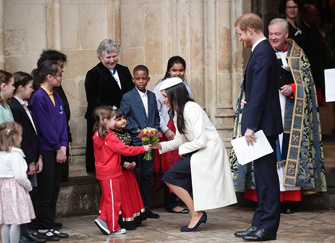 Фото №15 - Меган Маркл на своей первой официальной службе с Елизаветой II