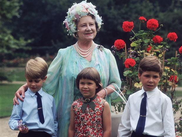 Фото №5 - Самые трогательные фотографии королевских бабушек и дедушек с внуками