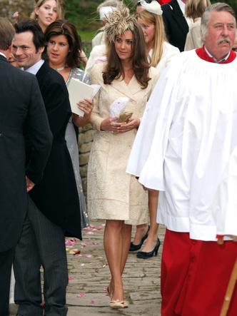 Фото №2 - До свадьбы и стилиста: какими были официальные выходы Кейт в статусе подруги принца