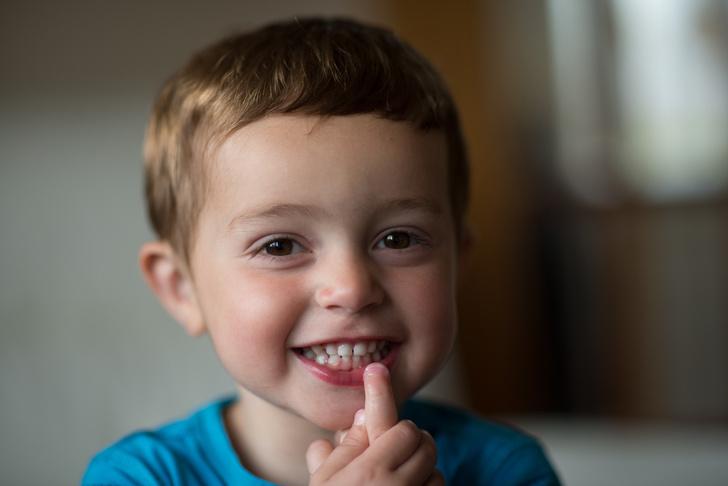 ребенок грызет ногти что делать, ребенок копирует старшего брата сестру, ребенок копирует старшего