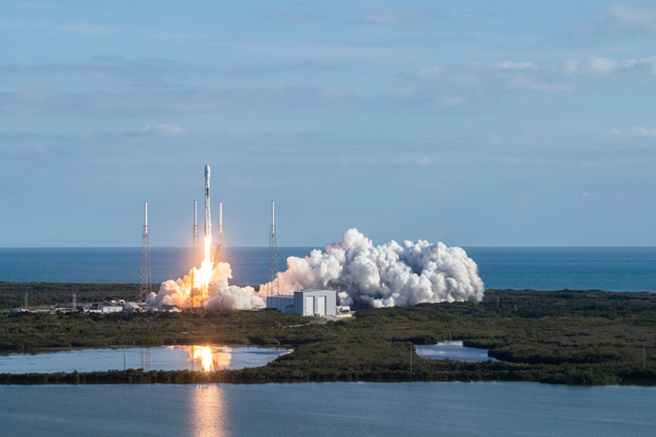 Фото №1 - Илон Маск в прямом эфире запустил 60 новых спутников для глобального интернета Starlink (видео)