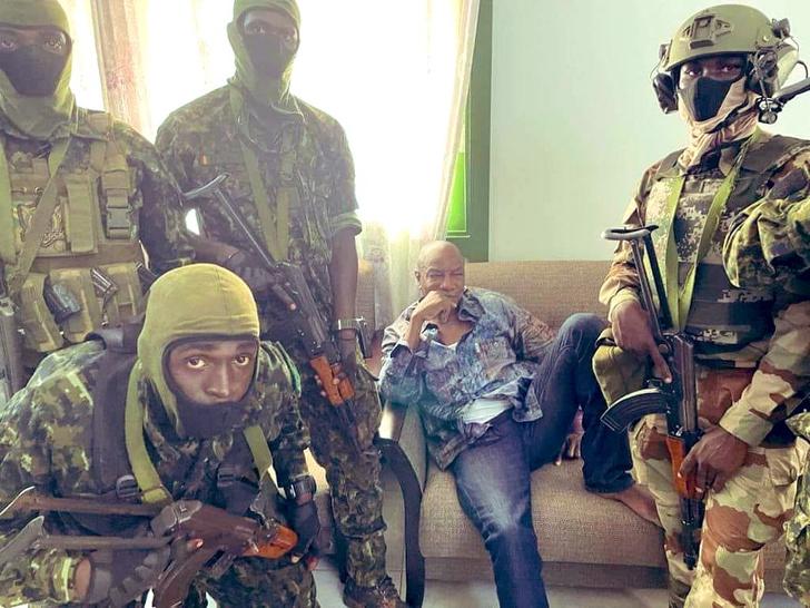Фото №1 - Лучшие шутки о том, как в Гвинее арестовали президента— пожилого любителя переписывать Конституцию