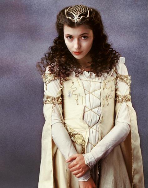 Фото №30 - Сказочная мода: 50 волшебных нарядов из фильмов нереальной красоты