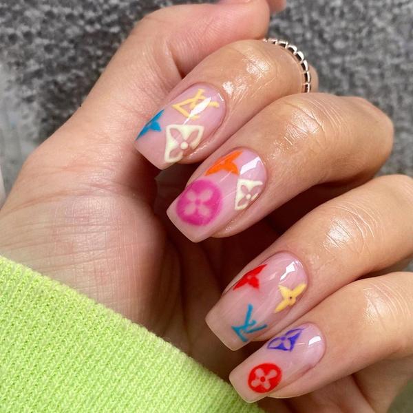 Фото №2 - Логомания вернулась: этой осенью снова украшаем ногти логотипами любимых брендов