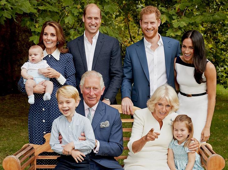 Фото №1 - Что рассказал о Кембриджских, Сассекских и Уэльских их семейный портрет