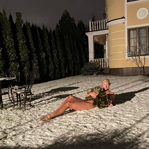 Фото №3 - Волочкова закаляется в снегу, прикрывшись только вениками