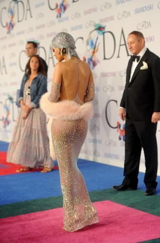 Фото №35 - От Дианы до Рианны: самые скандальные платья в истории моды