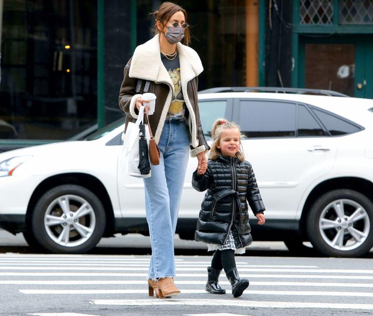 Фото №3 - Футболка с Бритни и самая модная сумка весны: Ирина Шейк в Нью-Йорке