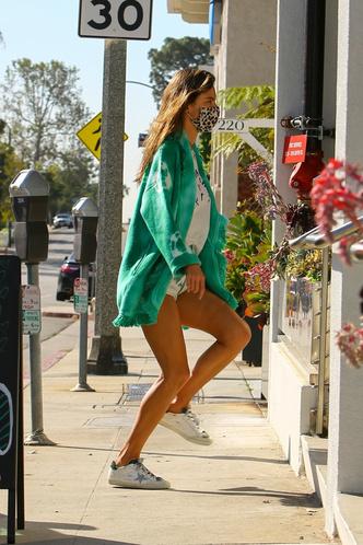 Фото №2 - Алессандра Амбросио в мини-шортах засветила свой целлюлит