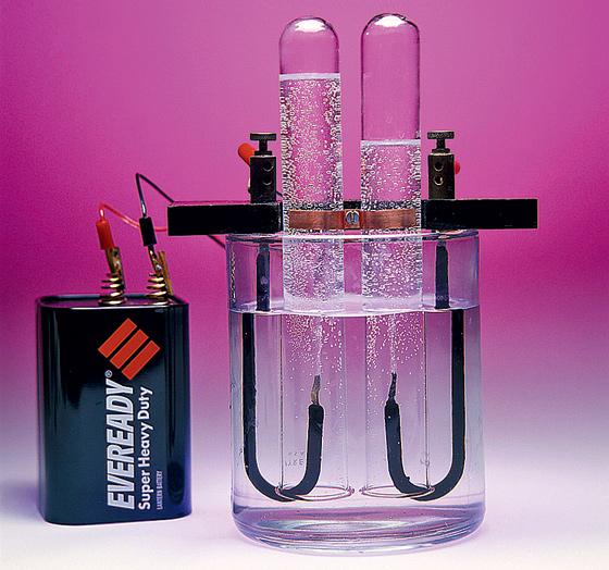 Фото №1 - Почему вода, состоящая из водорода и кислорода, не горит и не взрывается?
