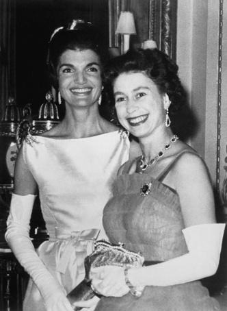Фото №18 - От модных провалов до побед: как Первые леди одевались на встречи с Королевой