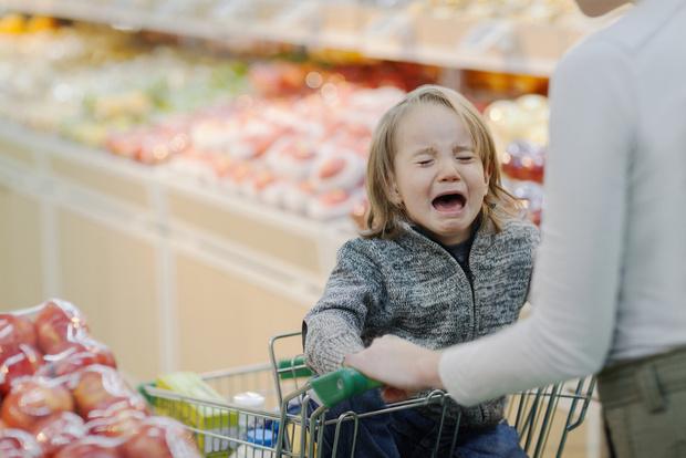 Капризы в магазине у детей, ребенок капризничает на улице что делать