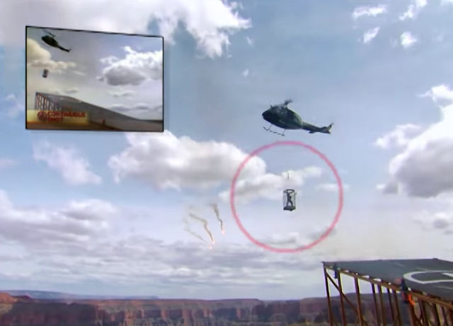 Фото №1 - Прыжок иллюзиониста сквозь пламя в клетку, висящую над пропастью (видео)