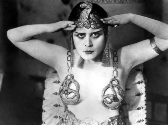 Фото №2 - От Дианы до Рианны: самые скандальные платья в истории моды