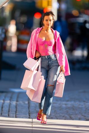 Фото №1 - Розовый кружевной корсет + рваные джинсы: ошеломительный образ Ирины Шейк