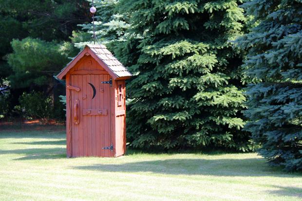 Фото №1 - Где поставить туалет на даче, чтоб не нажить неприятностей