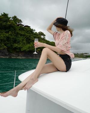 Фото №6 - С чем сочетать шляпу и панаму: разбираем летние образы Лисы из BLACKPINK